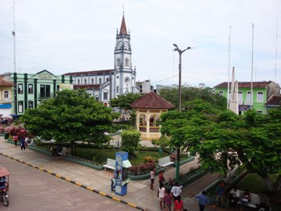 Plaza de Armas de Yurimaguas con iglesia